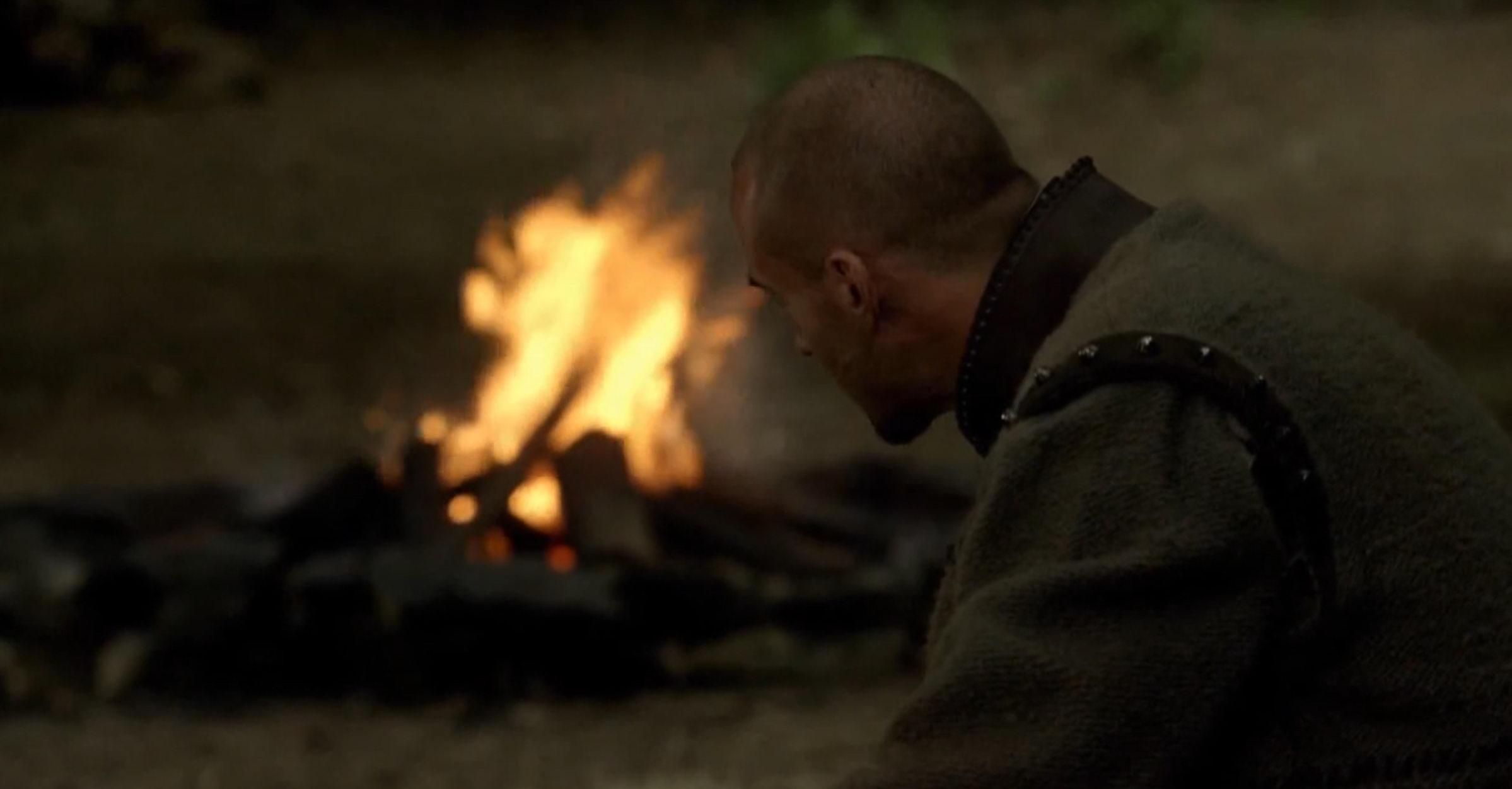 Мерлин смотрит на пламя